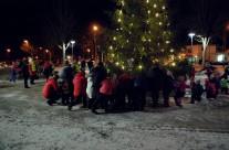 Både stora och små hjälps åt att dansa ut julen