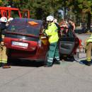 Räddningstjänsten visar hur det går till att lyfta bort taket på en bil