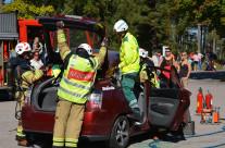 Räddningstjänsten visar hur det går till att lyfta bort taket på en bil för att kunna plocka ut skadade