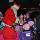 Tomten delar ut godis till alla barn som hjälpt till att dansa ut julen