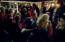 Alla barn som hjälpts åt att dansa ut julen får en godispåse av tomten